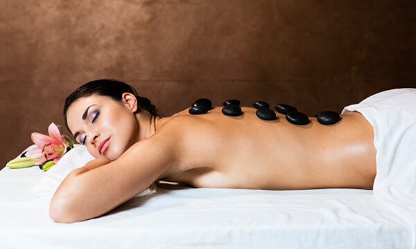 Hot Stone Massage in der Tagesfarm Kosmetik Spa in München